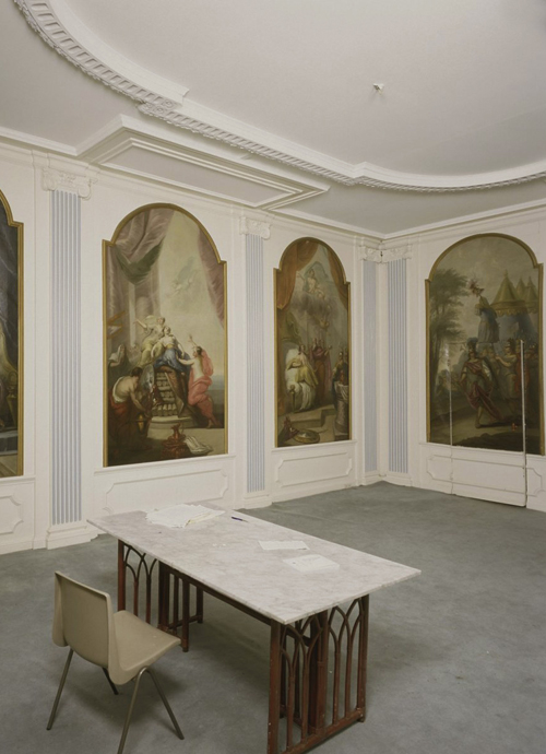 The same room before the restoration. Its original ceiling absent since 1907