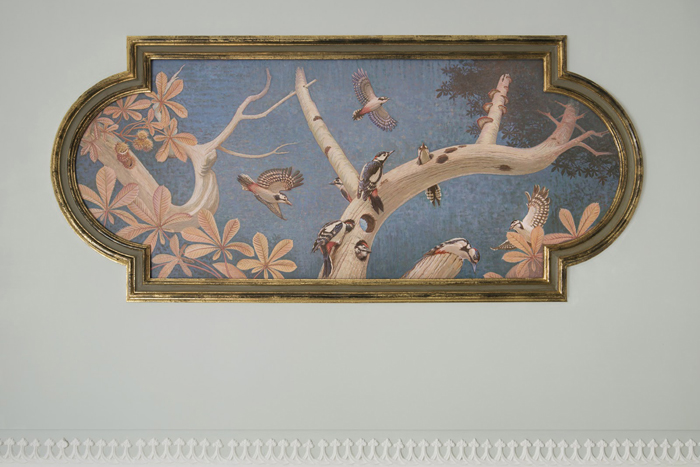 ""\""""Le Trompe l'Oeil"""" -  <p> a new painted ceiling in the original restored frame high above the stairwell""700|467|?|en|2|01841c012848f04ae060fc5f96b04e21|False|UNLIKELY|0.31396591663360596